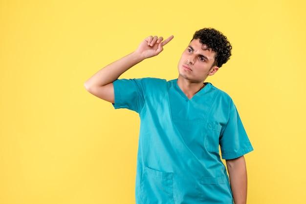 Вид спереди врача, врач говорит о риске смерти от коронавирусной инфекции