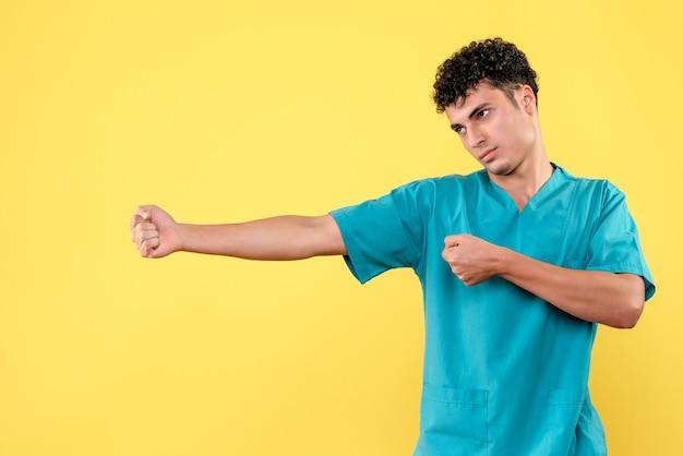 正面図医師はコロナウイルスの患者について考えています