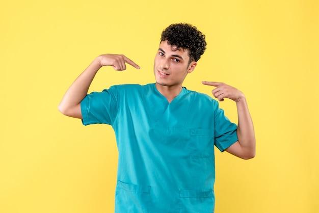 医者の正面図医者は彼が助けることができることを知っているので彼自身を指しています