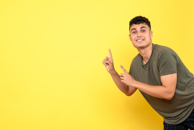 Вид спереди парень улыбающийся парень поднял пальцы вверх