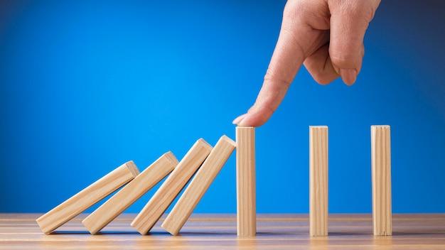 Rappresentazione astratta vista frontale della crisi finanziaria