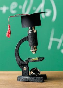 Vista frontale del cappuccio accademico sul microscopio