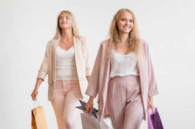 買い物袋を運ぶ正面の大人の女性