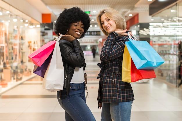 買い物袋を持つフロントビュー大人の女性