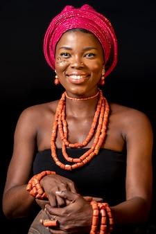 伝統的なアクセサリーを身に着けているアフリカの女性の正面図