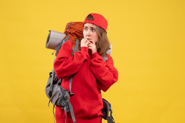 ネイルを食べるバックパックで正面図興奮した女性旅行者