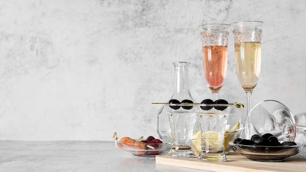 Коктейли с алкогольными напитками, вид спереди