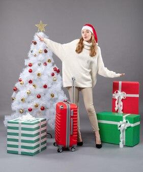 오픈 손으로 산타 모자를 쓰고 전면보기 놀된 여자