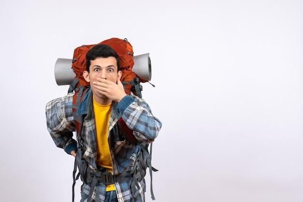 Vista frontale stupito uomo viaggiatore con zaino
