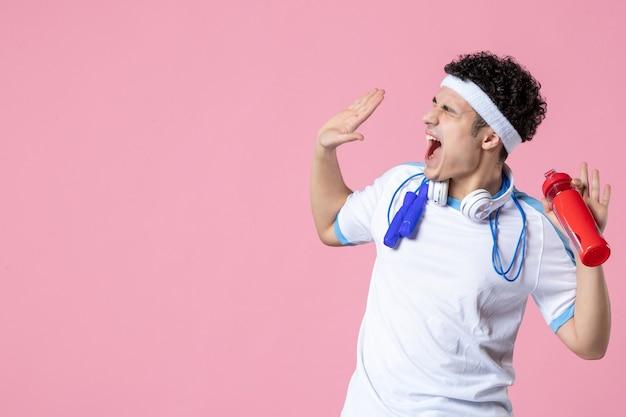 Atleta maschio arrabbiato di vista frontale in vestiti di sport con le corde di salto