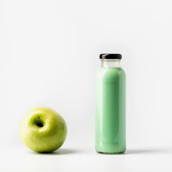 Vista frontale della bottiglia di succo di mela