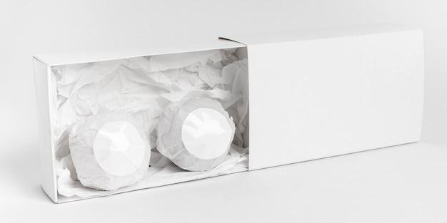 Disposizione di vista frontale delle bombe da bagno su priorità bassa bianca