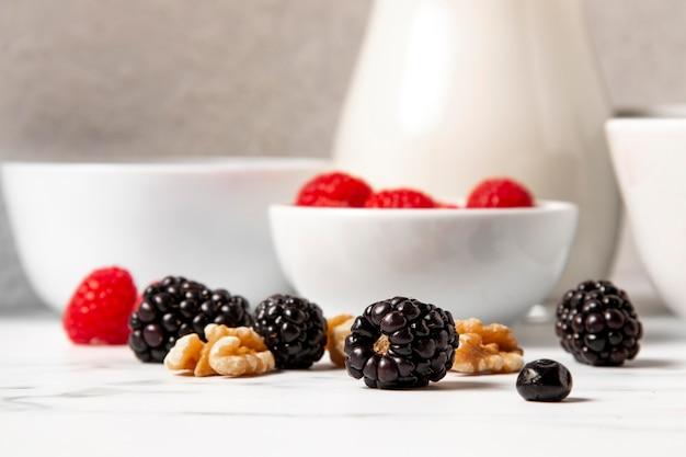 Disposizione di vista frontale di cereali sani ciotola con frutti di bosco
