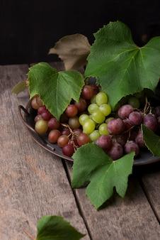 Композиция из осенних фруктов спереди
