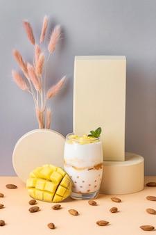 Расположение здорового завтрака с йогуртом, вид спереди