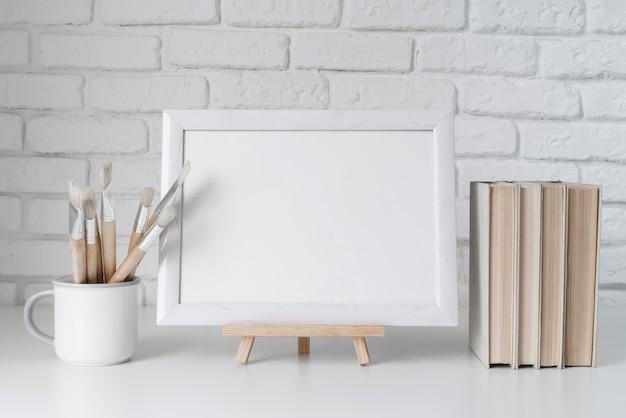 Vista frontale del concetto di scrivania dell'artista con lo spazio della copia