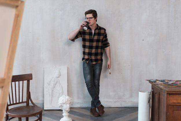 Uomo dell'artista di vista frontale che resta nel suo studio