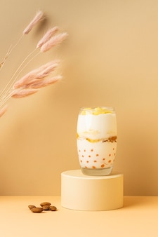 Assortimento di vista frontale di una sana colazione con yogurt
