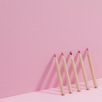 Вид спереди ассортимент цветных карандашей