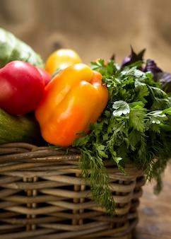Ассортимент вкусных свежих овощей, вид спереди