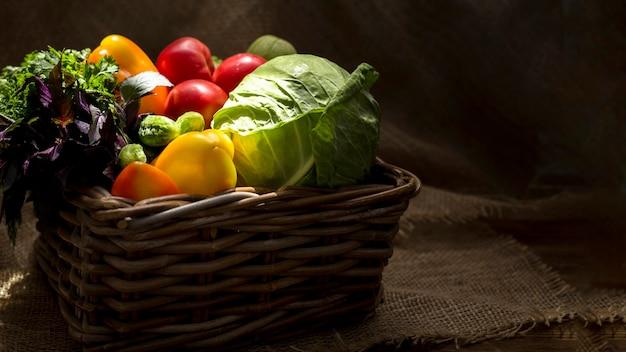Ассортимент свежих осенних овощей, вид спереди