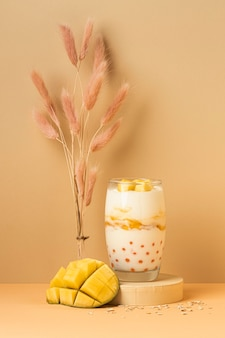 Ассортимент здорового завтрака с йогуртом, вид спереди