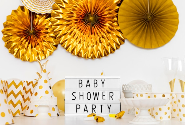 Vista frontale del concetto di torta baby shower
