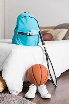 Вид спереди обратно в школьный ассортимент с синим рюкзаком