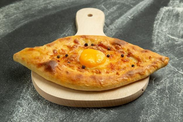Panino delizioso della pasta del pane dell'uovo al forno di vista frontale sullo scrittorio scuro