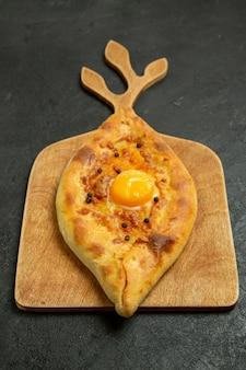 Panino delizioso della pasta del pane dell'uovo al forno di vista frontale sullo spazio scuro