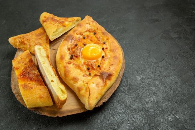 Вид спереди запеченный яичный хлеб вкусный свежий из духовки на темно-сером пространстве
