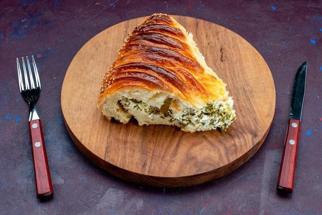 Вид спереди запеченная булочка из теста сформирована нарезанная зеленью внутри на темном фоне.