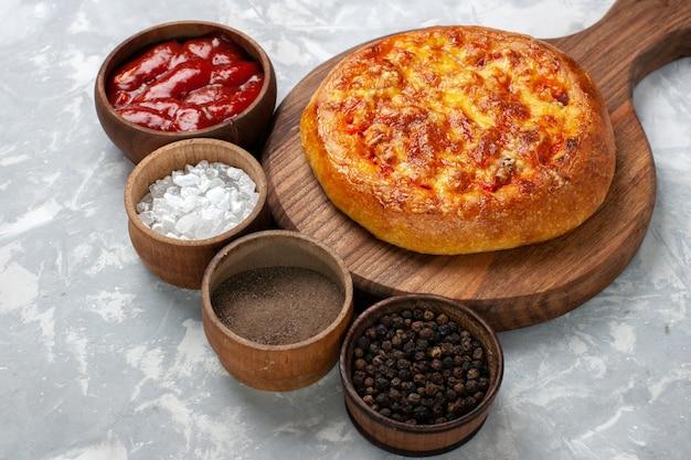 白の調味料と正面図焼きパイ