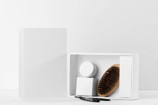Strumenti del negozio di barbiere di vista frontale e scatole bianche