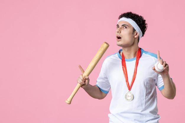 Вид спереди бейсболист в спортивной одежде с медалью