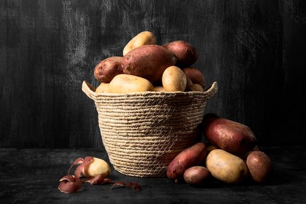 Vista frontale del cestino con patate