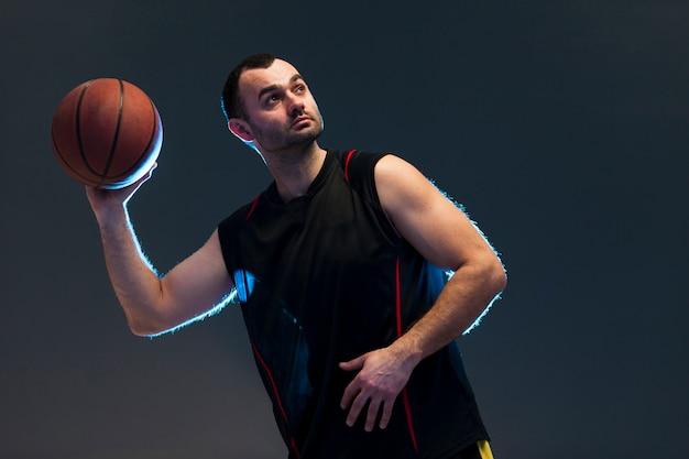 Vista frontale della palla di lancio del giocatore di pallacanestro