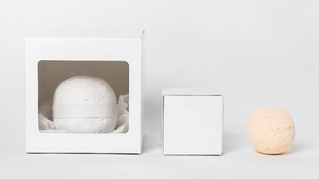 Bombe da bagno vista frontale su sfondo bianco