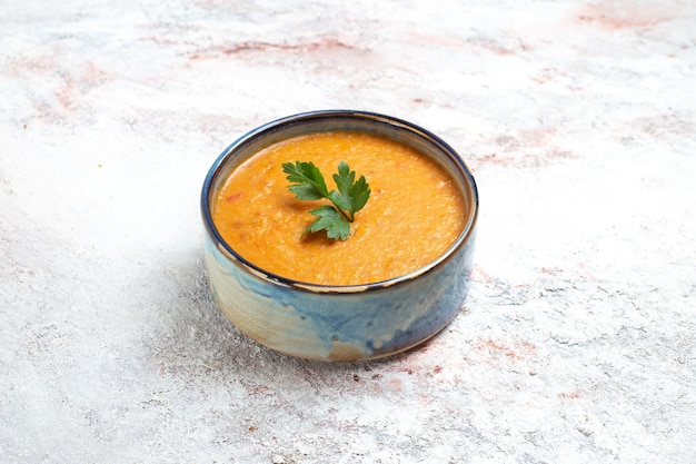흰색 표면에 접시 안에 merci라는 전면보기 콩 수프 수프 식사 음식 야채 콩