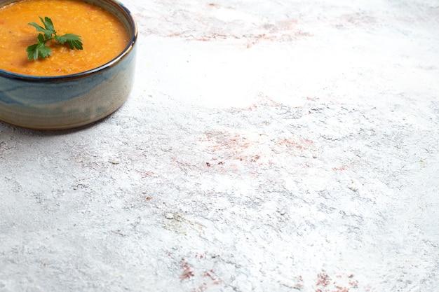 白い背景のスープミール食品野菜豆にメルシーと呼ばれる正面の豆のスープ