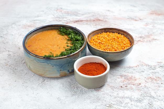 Zuppa di fagioli di vista frontale con verdure e fagioli crudi sul fagiolo vegetale di cibo pasto zuppa di superficie bianca