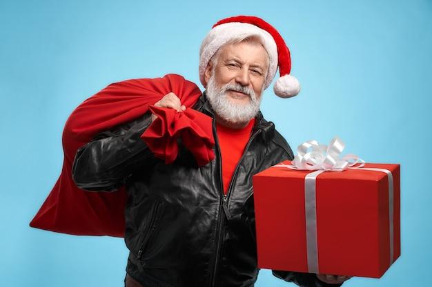 Vista frontale dell'uomo barbuto con cappello da babbo natale con scatole regalo