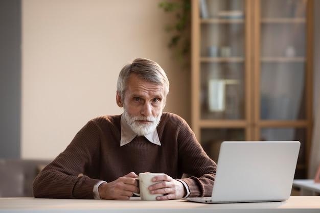 Вид спереди бородатый зрелый мужчина расслабляющий