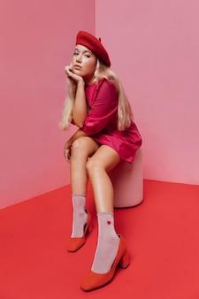 Vista frontale della bella donna in abito rosa