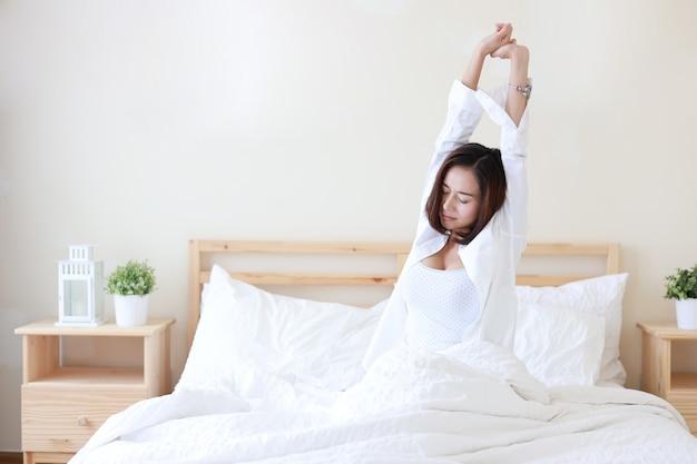 正面図美しく健康な若いアジアの女性が朝目を覚ます