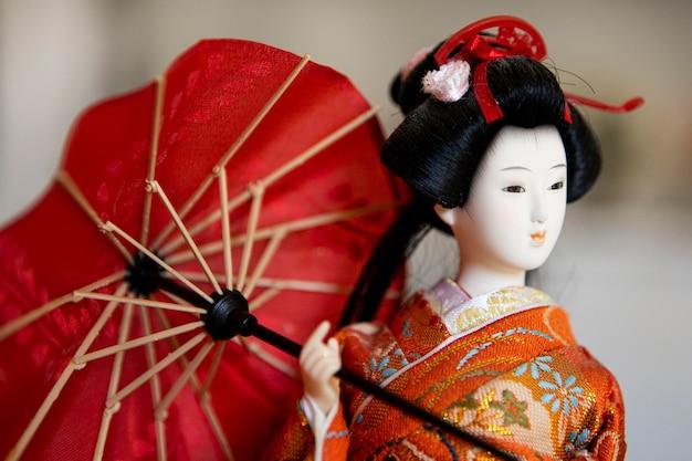 Vista frontale della bella bambola asiatica