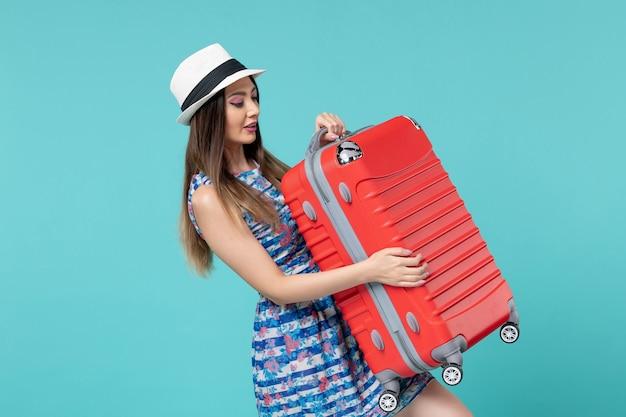 전면보기 아름다운 여성 가방을 들고 푸른 공간에 여행을 준비