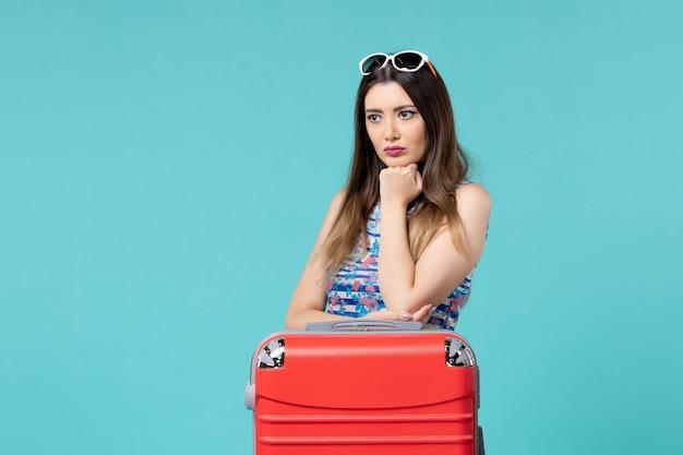 旅行の準備と青い空間を待っている正面図美しい女性