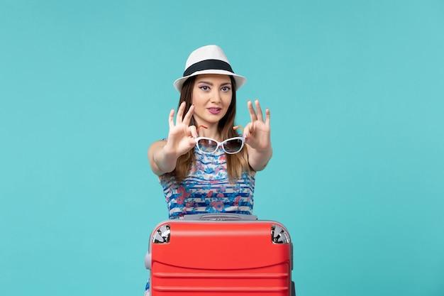 푸른 공간에 선글라스를 들고 휴가를 준비하는 전면보기 아름다운 여성