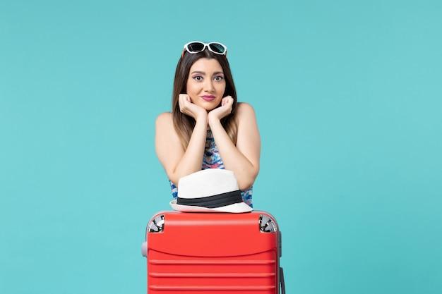 Bella femmina di vista frontale che prepara per la vacanza sullo spazio blu